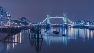 Illuminated Bridge Over River Against Sky In City At Nightの写真素材 [FYI04472250]