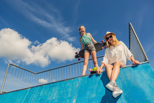 Low Angle Portrait Of Siblings At Skateboard Parkの写真素材 [FYI04472905]