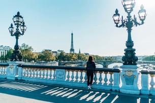 Full Length Of Woman Standing On Bridge Against Clear Skyの写真素材 [FYI04473333]