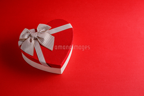 High Angle View Of Heart Shape Gift Box On Red Backgroundの写真素材 [FYI04474841]