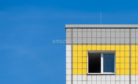Low Angle View Of Building Against Clear Blue Skyの写真素材 [FYI04475256]