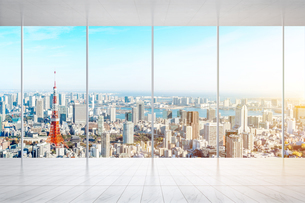 Cityscape Seen Through Glass Windowの写真素材 [FYI04476330]