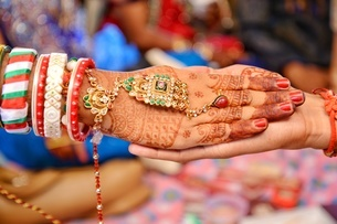 Cropped Hands Of Bride And Groom During Wedding Ceremonyの写真素材 [FYI04476965]