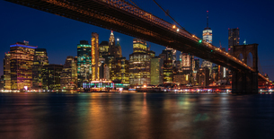 Illuminated Buildings And Brooklyn Bridge At Nightの写真素材 [FYI04477665]
