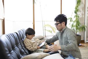 子供の世話をする父親の写真素材 [FYI04477989]