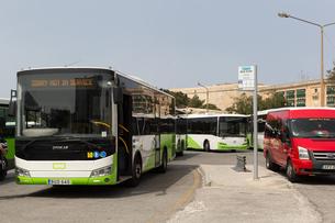 ヴァレッタ旧市街のバスターミナルの写真素材 [FYI04478073]