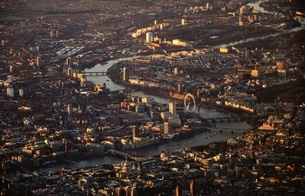 Aerial View Of Thames River Amidst Buildings In Cityの写真素材 [FYI04478856]