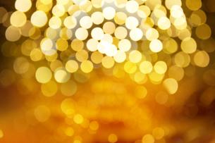 Defocused Image Of Illuminated Christmas Lightsの写真素材 [FYI04479055]