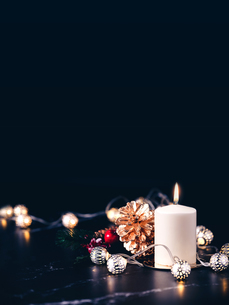 Close-up Of Illuminated Lights With Decor On Table Against Black Backgroundの写真素材 [FYI04479853]