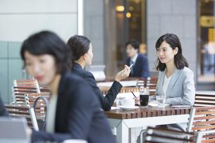 テラスで打ち合わせをする2人のビジネス女性の写真素材 [FYI04479913]