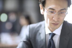 集中をするビジネス男性の写真素材 [FYI04479921]