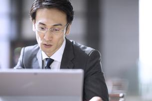 集中してパソコンを見るビジネス男性の写真素材 [FYI04479926]