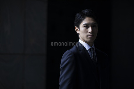 カメラ目線で立つビジネス男性の写真素材 [FYI04479934]