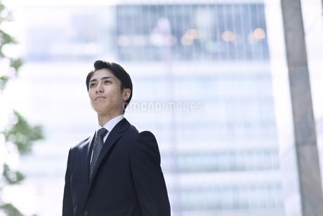 遠くを見つめるビジネス男性の写真素材 [FYI04479938]