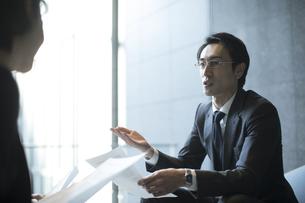 商談中のビジネス男性の写真素材 [FYI04479940]