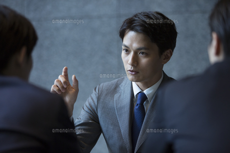 商談中のビジネス男性の写真素材 [FYI04479941]