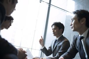 商談中のビジネス男性の写真素材 [FYI04479943]