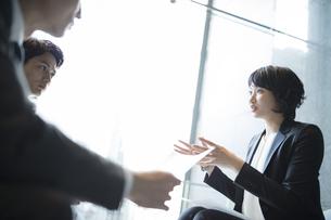 商談中のビジネス女性の写真素材 [FYI04479944]