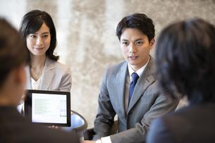 商談中のビジネス男女の写真素材 [FYI04479946]