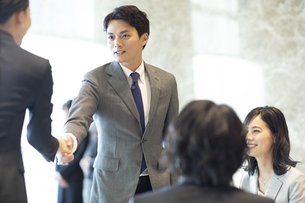 商談で握手をするビジネス男性の写真素材 [FYI04479947]