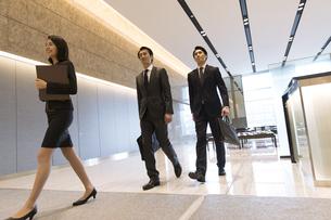 社内を案内される2人のビジネス男性の写真素材 [FYI04479951]