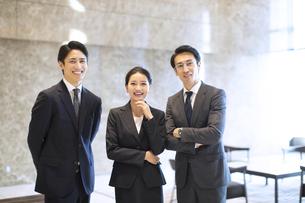 カメラ目線で立つ3人のビジネス男女の写真素材 [FYI04479954]