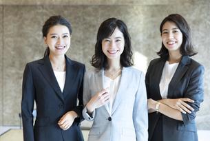 カメラ目線で立つ3人のビジネス女性の写真素材 [FYI04479956]