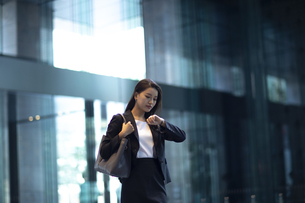 時間を確認するビジネス女性の写真素材 [FYI04479957]