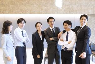 横一列に並び笑顔のビジネス男女の写真素材 [FYI04479958]