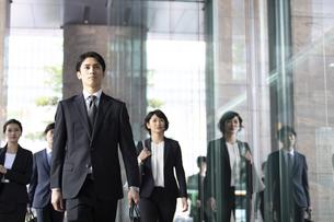 オフィス街を歩くビジネス男性の写真素材 [FYI04479959]