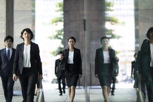 オフィス街を歩くビジネス女性の写真素材 [FYI04479961]