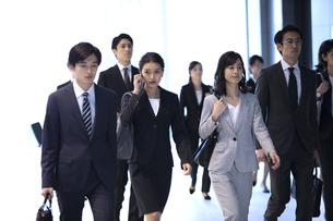 オフィスビルを歩くビジネス男女の写真素材 [FYI04479965]