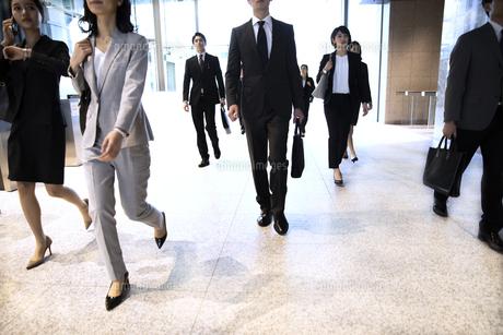 オフィスビルを歩くビジネス男女の写真素材 [FYI04479970]