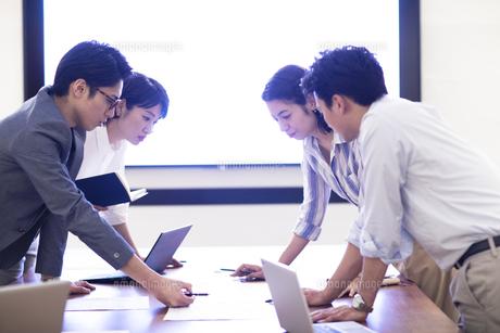 打ち合わせをする4人のビジネス男女の写真素材 [FYI04479977]