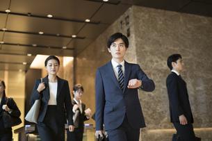 オフィスビルを歩くビジネス男性の写真素材 [FYI04479979]