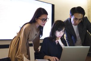 パソコンを見る3人のビジネス男女の写真素材 [FYI04479980]