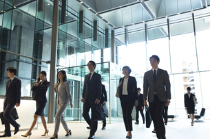 オフィスビルを歩くビジネス男女の写真素材 [FYI04479981]