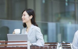 テラスでくつろぐビジネス女性の写真素材 [FYI04481019]