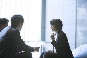 商談中のビジネス女性の写真素材 [FYI04481020]