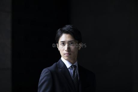 カメラ目線で立つビジネス男性の写真素材 [FYI04481023]