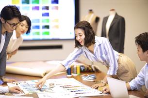 服飾メーカーの会議シーンの写真素材 [FYI04481030]