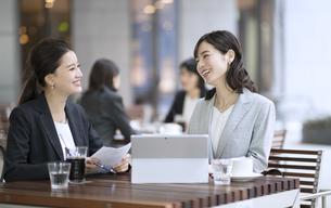 テラスで打ち合わせをする2人のビジネス女性の写真素材 [FYI04481032]