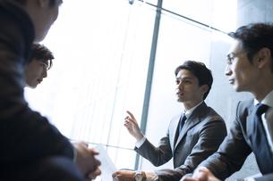 商談中のビジネス男性の写真素材 [FYI04481033]