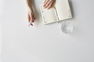 電子タバコを持った女性の手元の写真素材 [FYI04481037]