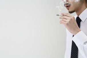 煙草を吸う男性の写真素材 [FYI04481042]
