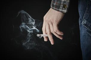 煙草を持つ男性の手の写真素材 [FYI04481043]
