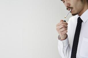 煙草を吸う男性の写真素材 [FYI04481045]