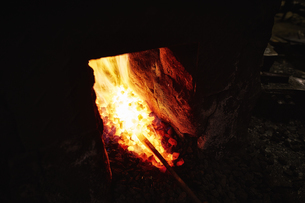 炎の中で熱される鉄の写真素材 [FYI04481047]