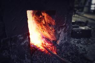 炎の中で熱される鉄の写真素材 [FYI04481048]