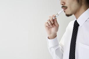 電子タバコを吸う男性の写真素材 [FYI04481053]